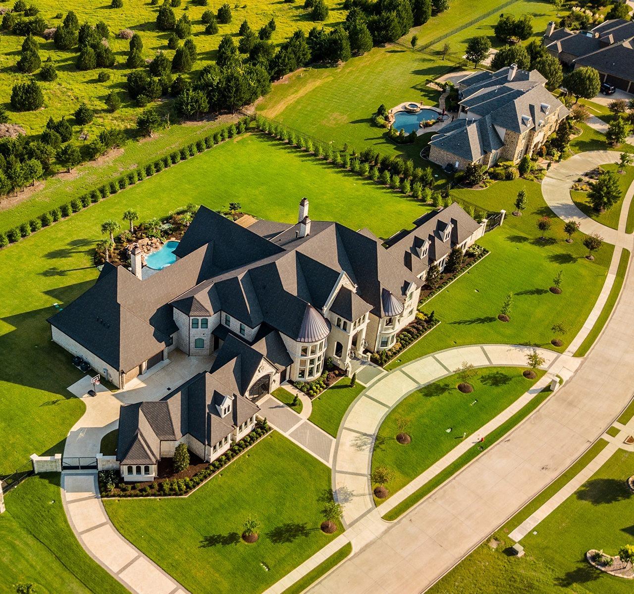 Un château et ses dépendances survolés par un drone