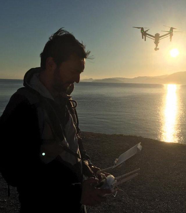 Romain Voxeur pilote un drone au bord d'un lac